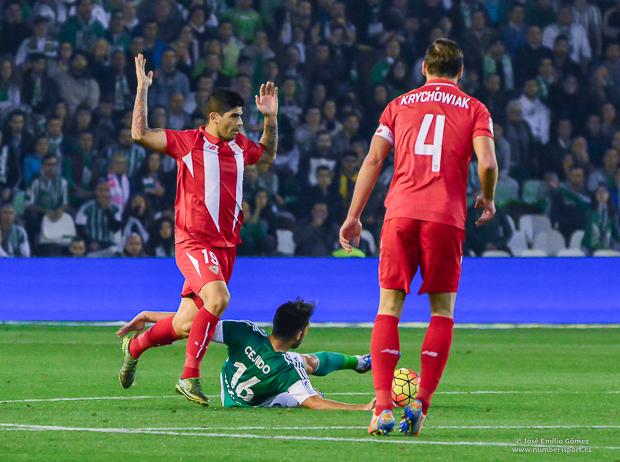 15 cejudo y Ever Banega Betis Sevilla